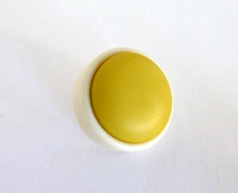 Yellow and Cream 1960's button (no. 00989)