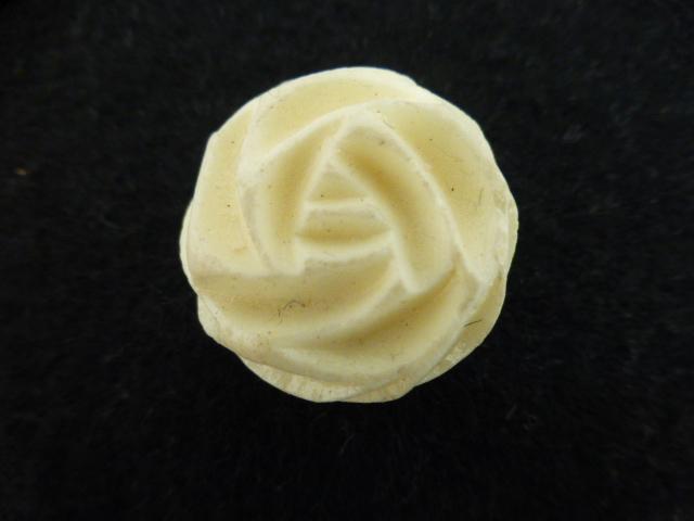 Cream Rose Swirl button (no.00939)
