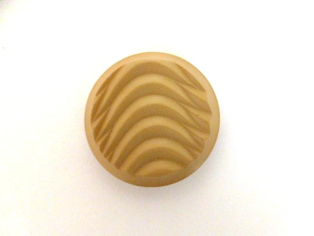 Biscuit Wavy Relief button (no.00926)